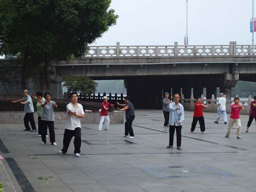 新市橋のたもとで太極拳を楽しむ市民