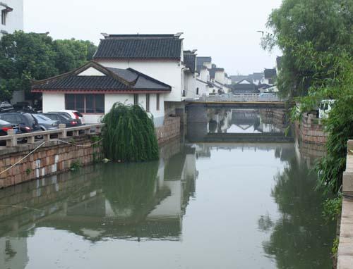 大運河脇の小運河と橋、自家用車が溢れています