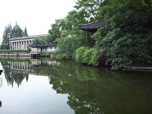 正面左手:運河の向こうに滄浪亭