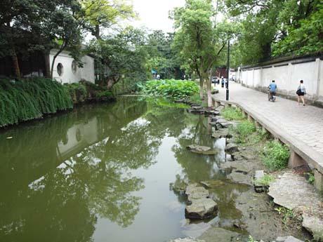 正面右手:運河を挟んで左側が滄浪亭、右側は生活路