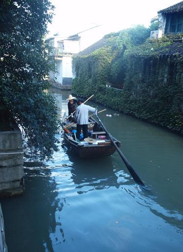 運河を清掃する船
