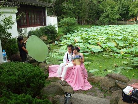 池のほとりで結婚写真の撮影中