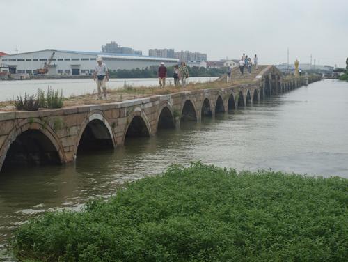宝帯橋は舟を引くための橋