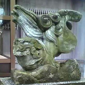小型だが、尾の彫りが深く立体感がありしっかりと彫られている、大腿が丸いのが特徴