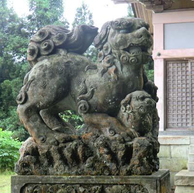 白山神社 能美市大口町、最初に出会った逆立ち狛犬、子とり