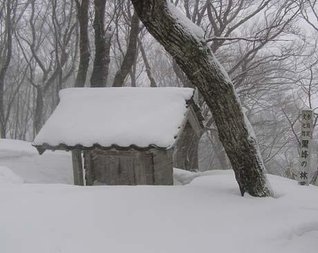 雪に閉ざされた黒峰大権現